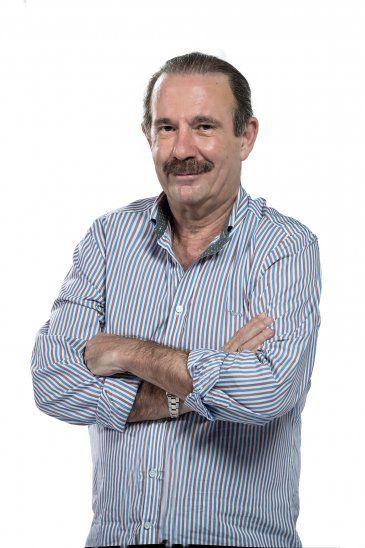 Arturo explicó a Óscar Acosta que su desodorante a bolilla no se secaba y por eso no podía ponerse su camisa y presentarse en el noticiero.