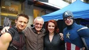 Stan rodeado de los personajes que creó.