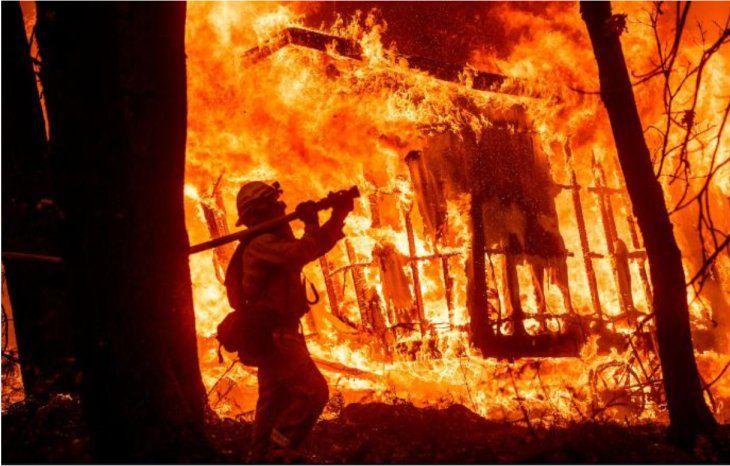 Suman a 44 los muertos por incendios forestales en California