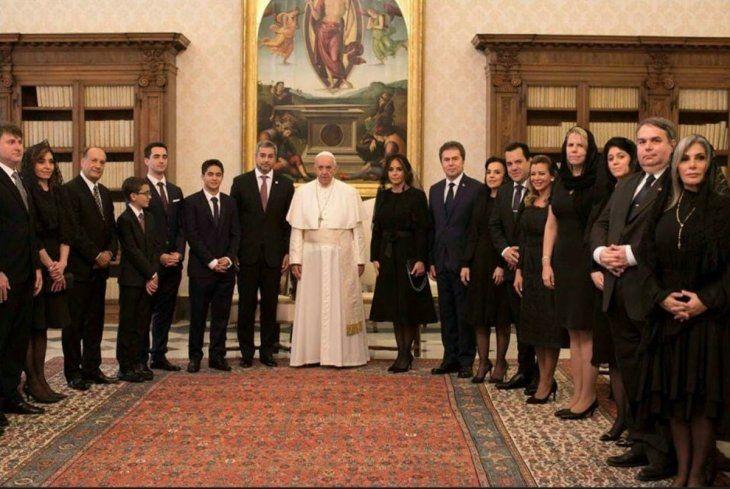 La comitiva que acompañó al presidente para visitar al papa Francisco.