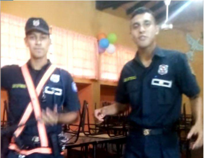 Sumarian a dos policías por video de un baile