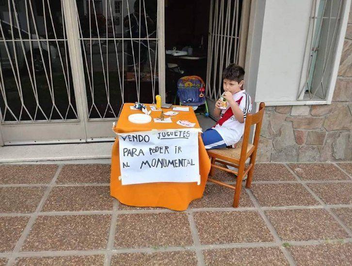 Fanático de River de 6 años vendió sus juguetes para ir al Monumental