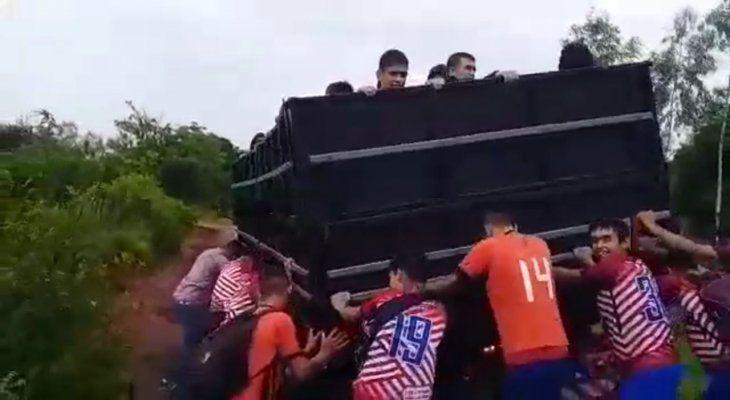 Peloteritos del Club 4 de Mayo, en peligro empujando un camión