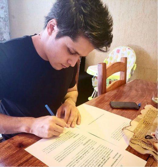 Abelito firmando el divorcio.