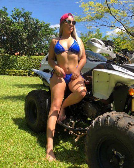 ¡De pronto flash, la chica de bikini azul!