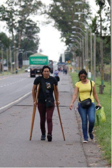 Debe operarse. Nilda Fleitas fue caminado con sus muletas para pedir a la Virgen que su operación salga todo bien.