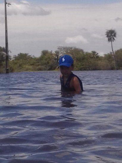 Escuelera cruza a pie 500 metros de agua para llegar a la escuela