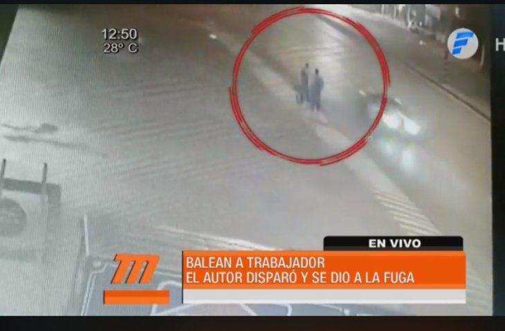 El cobarde ataque al trabajador fue por la espalda. Presumen que disparo provino de un auto que pasaba justo en ese momento.
