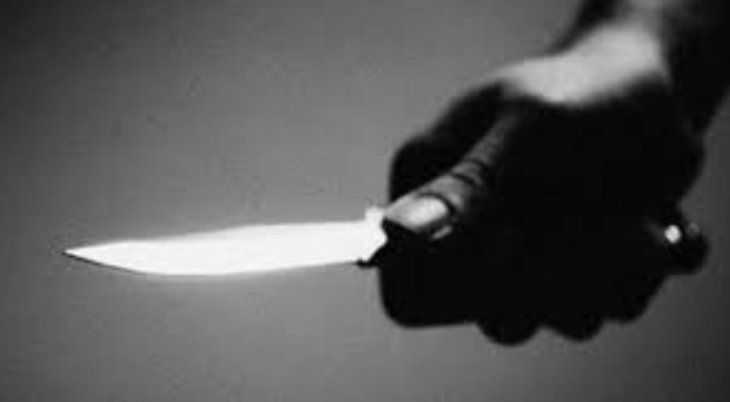 A punta de un puñal asaltó a su propia hermana
