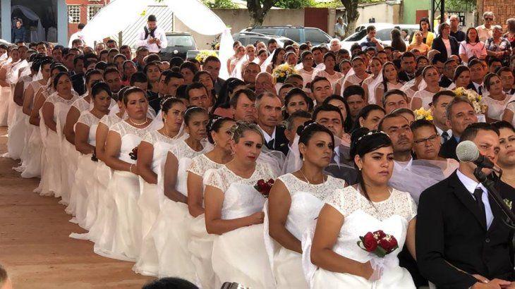 Una fundación ayudó a 56 familias a formalizar su unión. Los recién casados tuvieron una gran fiesta