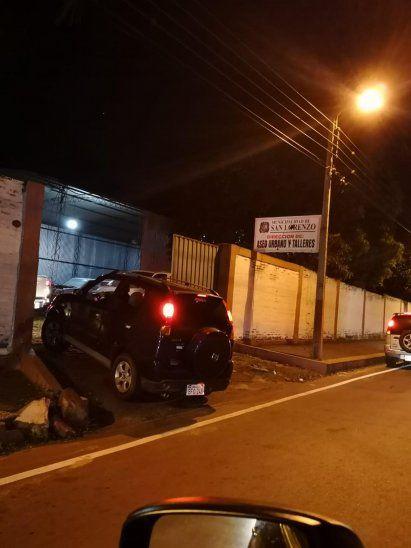 Un ciudadano fotografió el momento en que uno de los coches entraba a la propiedad de la muni. Los ocupantes iban a farrear a un salón de eventos.