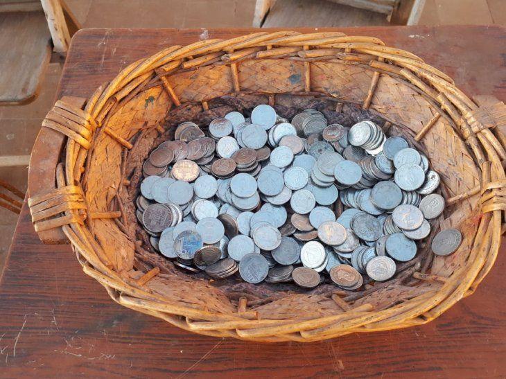 Juntan moneditas para pagar el agua a la Virgen