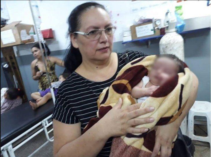 María Lourdes Delgado rescató al bebé y lo llevó hasta un centro asistencial.