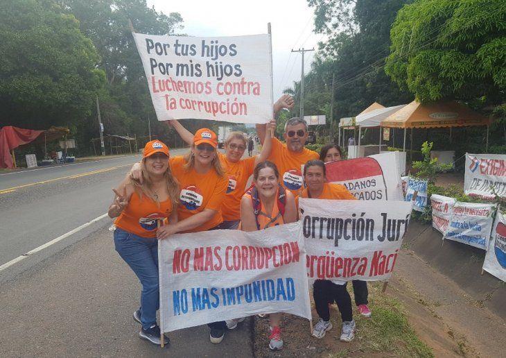 Un bullicioso grupo armaron los escrachadores en la peregrinación a la Villa Serrana (Foto: @MariaERoa0).