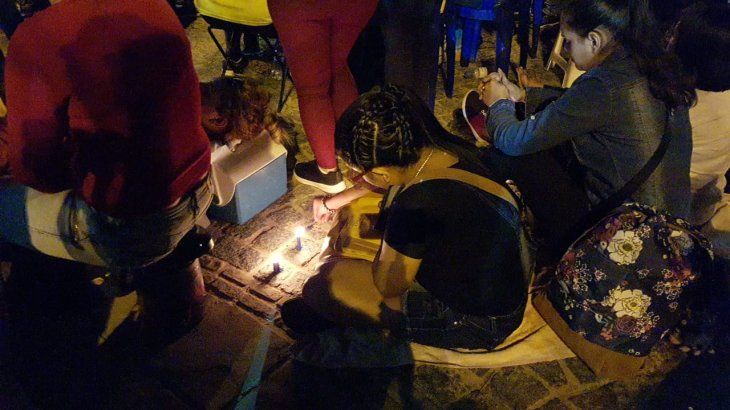 Con velas y linternas esperan la serenata a la Virgen