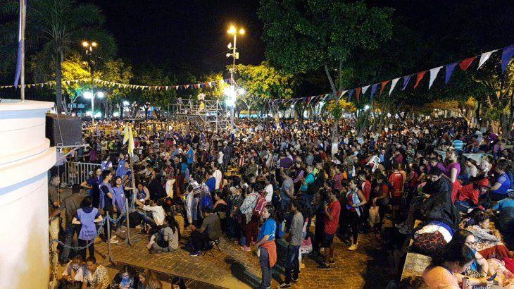 Un mar de gente aguarda la serenata