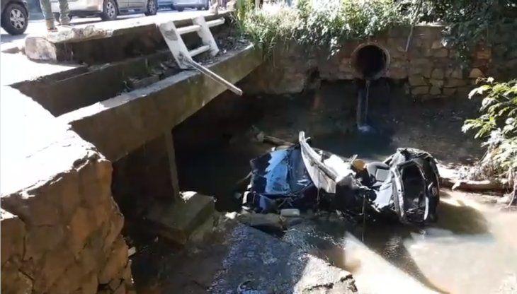 El auto quedó destrozado luego de caer al arroyo.