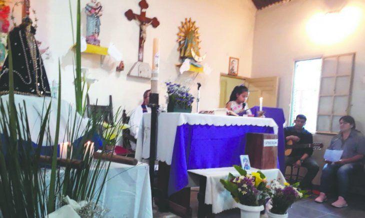 Misma fe. Los compatriotas se reúnen todas las tardes para el novenario. Ayer ya se quedaron para la gran serenata donde artistas paraguayos y locales cantan y bailan en honor a la Virgencita.