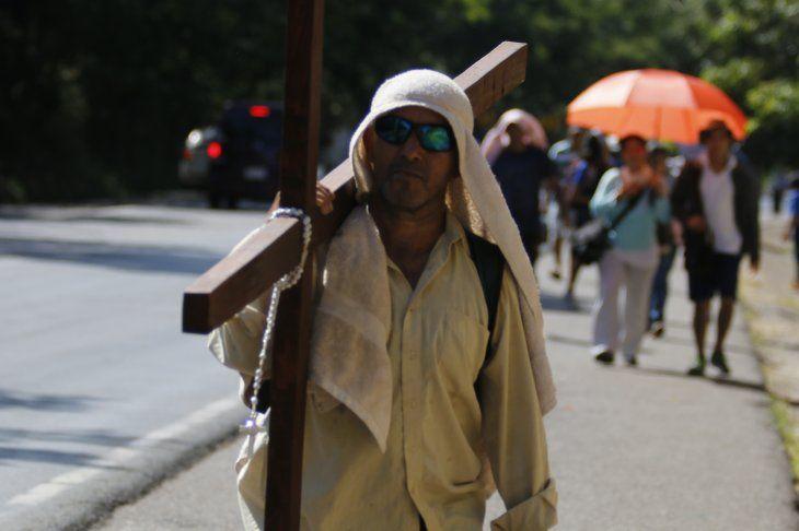 Con una cruz a cuestas, desde hace 11 años peregrina por su ex