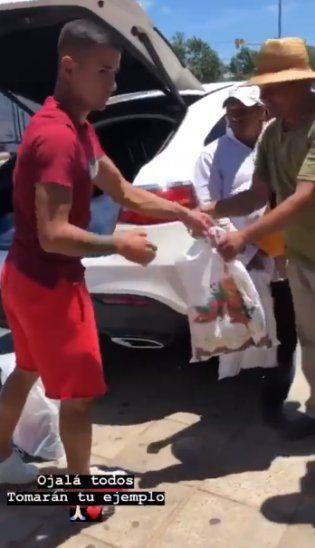 Derlis repartió regalos en calles de Mariano