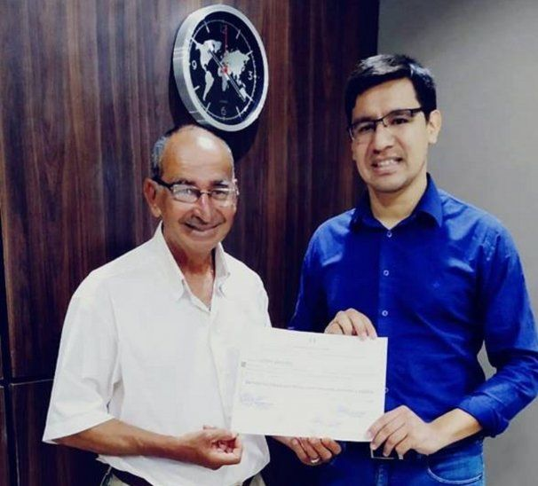Don Julián mostró con orgullo su diploma de bachiller al intendente Torres (Foto: Municipalidad de Santa Rita-Facebook).
