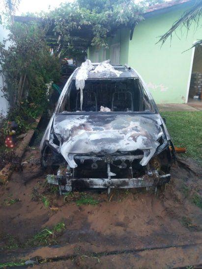 Destruido quedó el rodado tras el ataque.