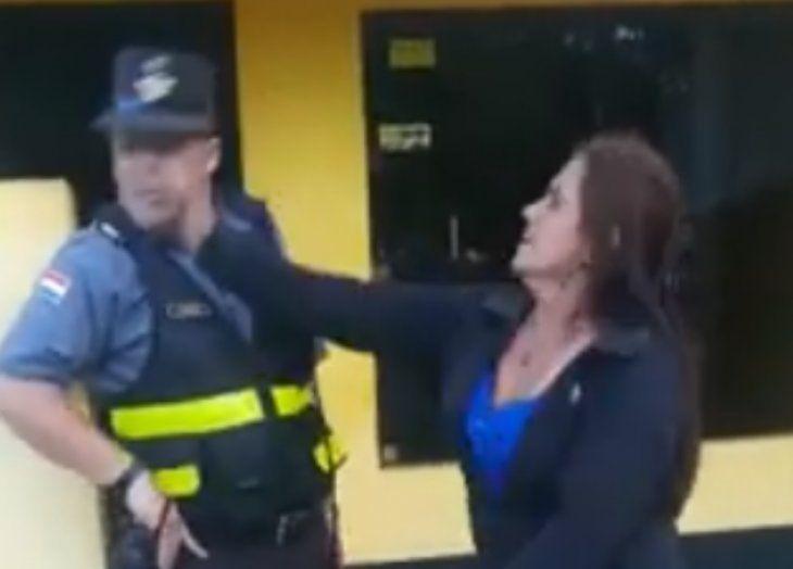 Momento que la infractora golpea al inspector Arce.