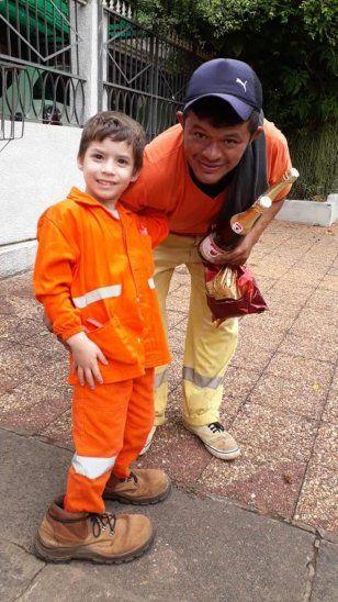 Niño entregó pan dulce vestido de recolector de basura