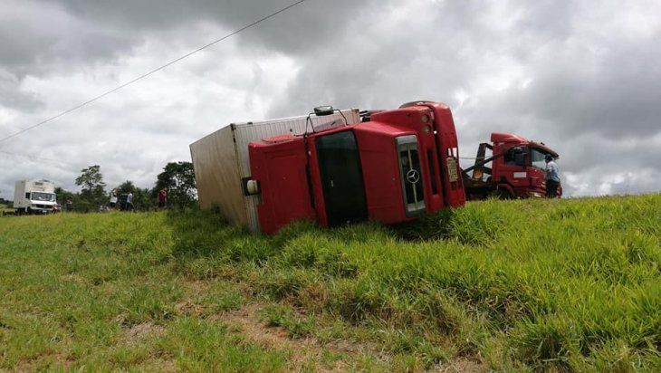 Así quedó el camión que llevaba hacia Asunción una carga de cigarrillos incautados.