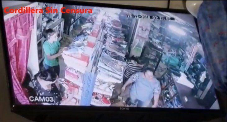 Tres mujeres participan del hecho que quedó registrado en las cámaras de circuito cerrado.