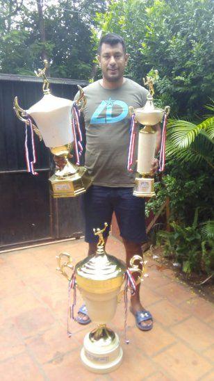 José Chino Gaona es un emblema en el equipo de Luque Vóley. Acá posa con sus trofeos.