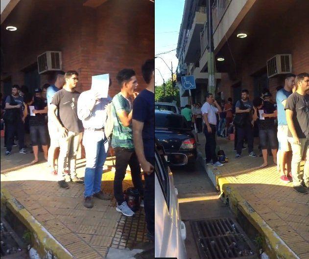 Jóvenes que no quieren ir al cuartel se agolpan frente al Centro de Objeción