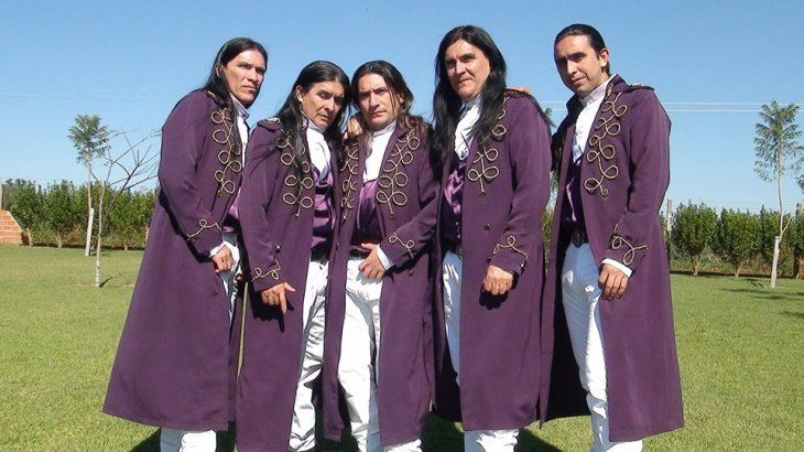 Los músicos de la larga cabellera y los pintorescos trajes arrasan con su propia versión de la canción La Vaca Lola