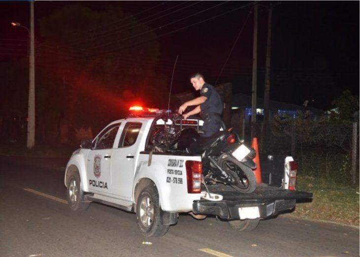 Policías trasladaron la motocicleta hasta la comisaría luego del accidente.