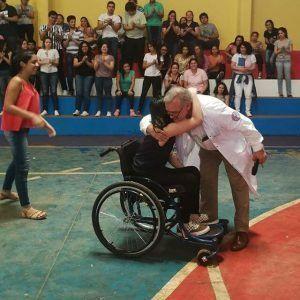 Joven con discapacidad ingresa a Medicina con honores