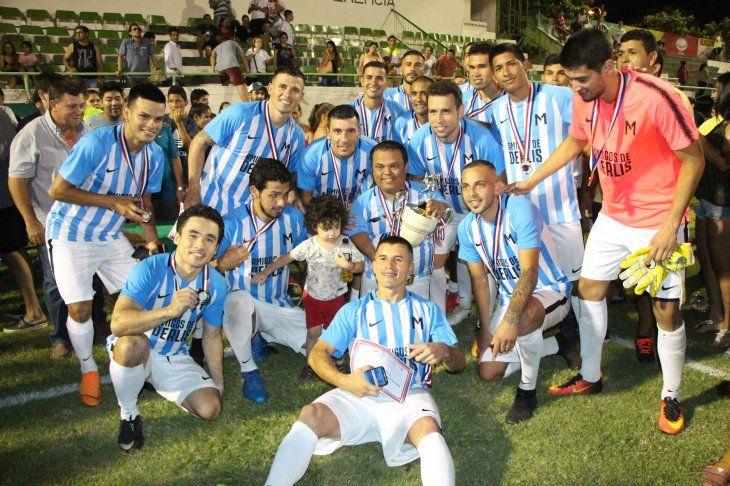 Los campeones levantaron el trofeo. Mortero Bala púntape. Foto: Miguel Rodríguez