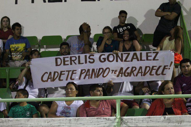 Apareció un cartel de agradecimiento de los pandeños para Derlis González. Foto: Miguel Rodríguez.