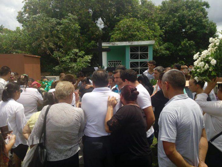 Sumidos en una gran tristeza los familiares despidieron los restos de Francisca
