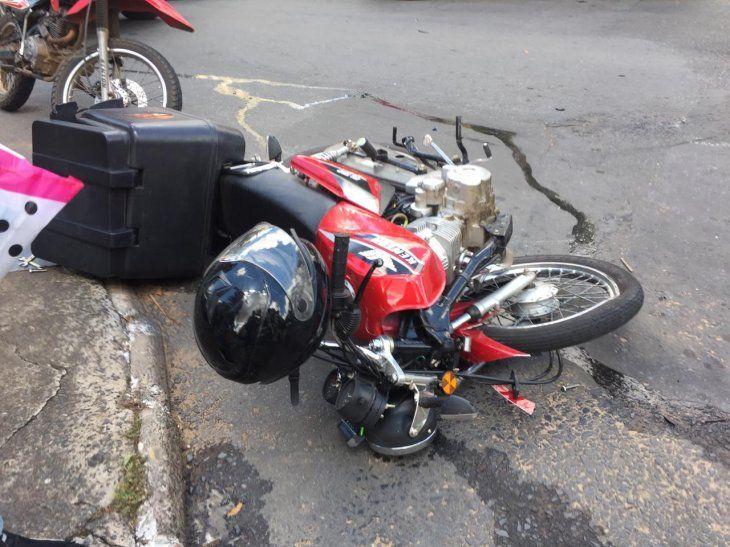 La moto fue impactada por la camioneta.