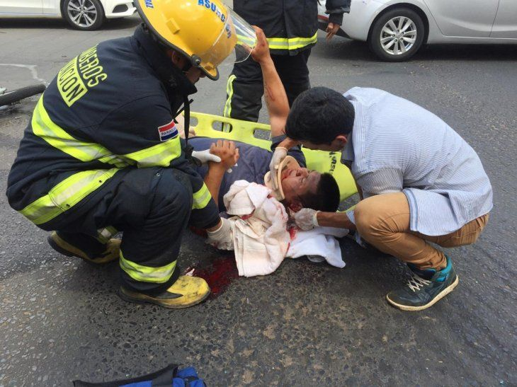 El herido fue auxiliado por los bomberos.
