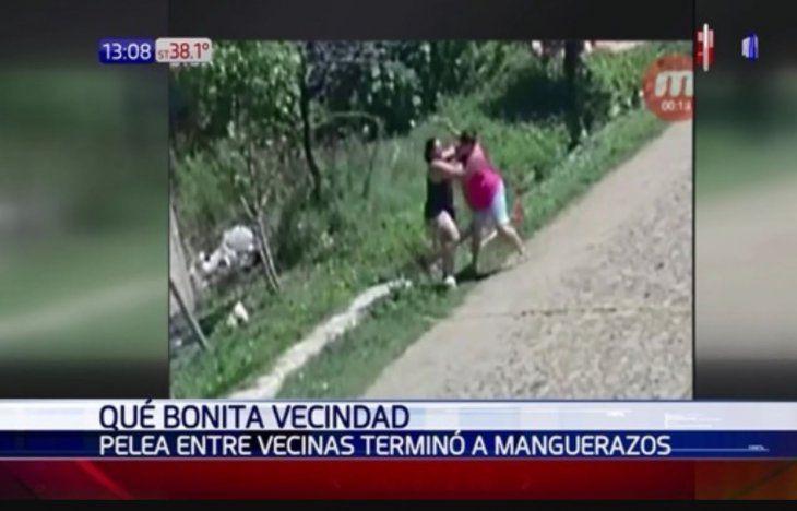 Las mujeres se atacaron con rastrillo y manguera en plena calle.