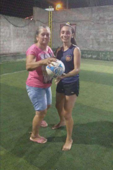 Quinceañera festejó su cumple jugando fútbol