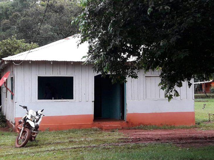 La humilde vivienda donde los parientes se enfrentaron por culpa de un vehículo. El arma de producción casera aparentemente era usada para ir de caza.