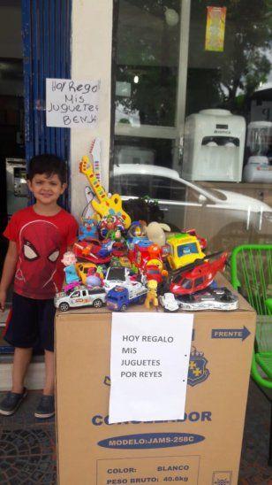 Nene regaló sus juguetes para que los Reyes lleguen a todos