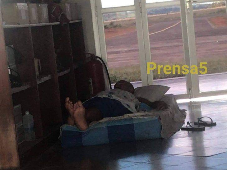 Esta escena indignó a la gente que acudió hoy al aeropuerto de Coronel Oviedo (Foto: Prensa Cinco).