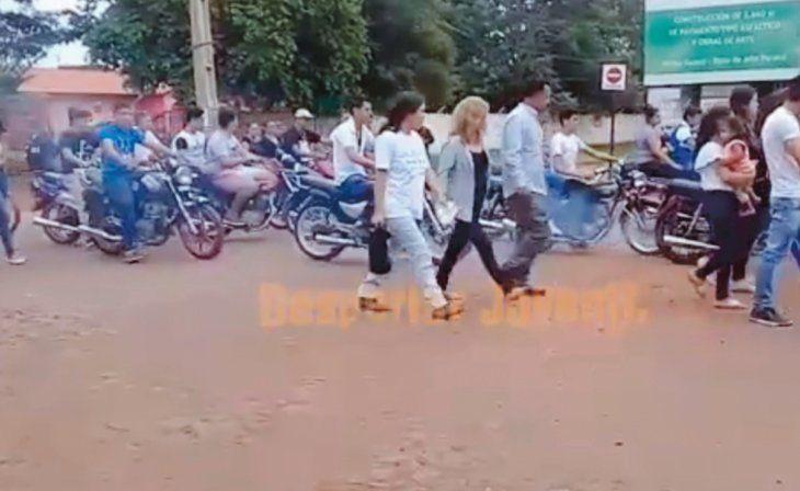 CARAVANA. Decenas de motociclistas despidieron al joven.