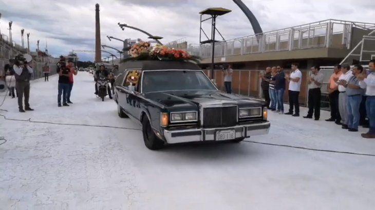 La viuda sostenía la corona que pertenecía de por vida a Papacho Giménez (Foto: captura de video de TVS Encarnaciónen Facebook)