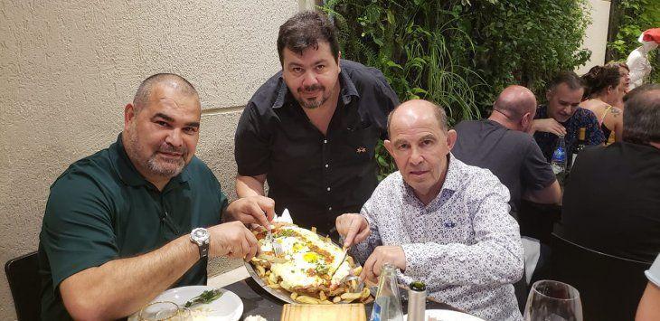 Christian Franco sirviendo La campeona a sus ídolos: José Luis Chilavert y Ricardo Bochini