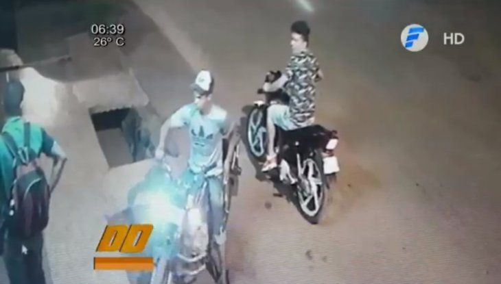 El dueño de la moto miraba sin poder hacer nada. Al final