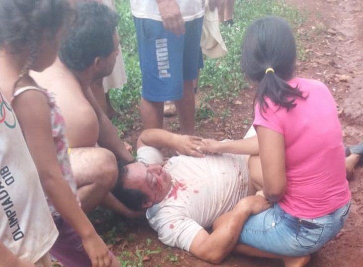 El hombre quedó tendido en el suelo y fue auxiliado por vecinos.